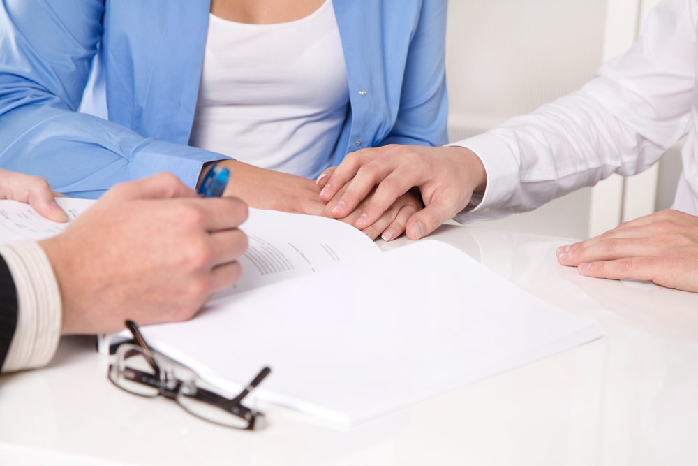 consulente che spiega il contratto